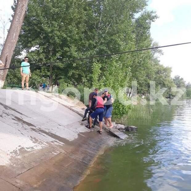 Двое детей во время игры упали в реку в Уральске