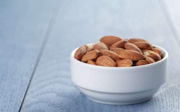 Миндаль  Орехи полны полезных растительных жиров, потребление которых снижает риск развития сердечно-сосудистых заболеваний и уменьшает чувство голода. Вы также можете пить миндальное молоко, в котором в два раза меньше калорий, чем в обычном молоке.