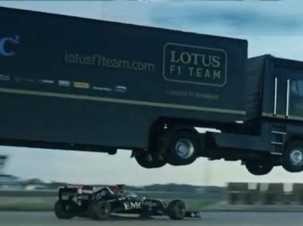 Эпический прыжок грузовика над болидом (ВИДЕО)