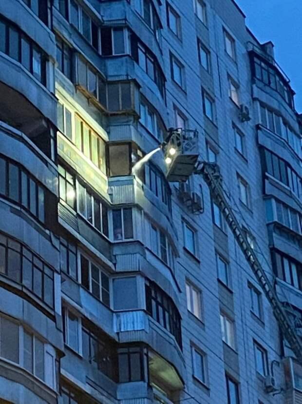Пожарные потушили загоревшийся балкон на 9-й Северной линии