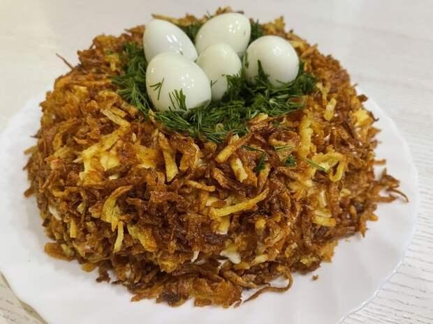 Фото к рецепту: Салат с курицей и перепелиными яйцами . салат  гнездо глухаря