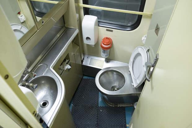 Что будет если бросить лом в унитаз поезда на полном ходу