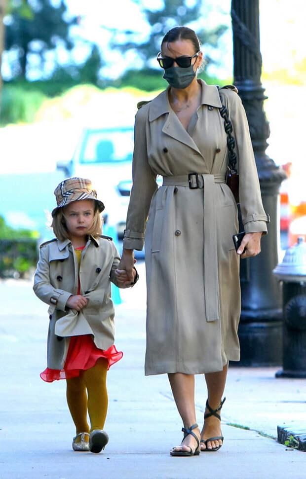 Парный образ недели: Ирина Шейк с дочкой Леей в оди...