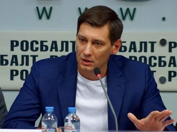 Уехавшего из РФ Гудкова оштрафовали на 10тыс. рублей за участие в акции 23января