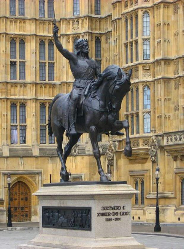 Памятник королю крестносцев Ричарду Львиное Сердце.