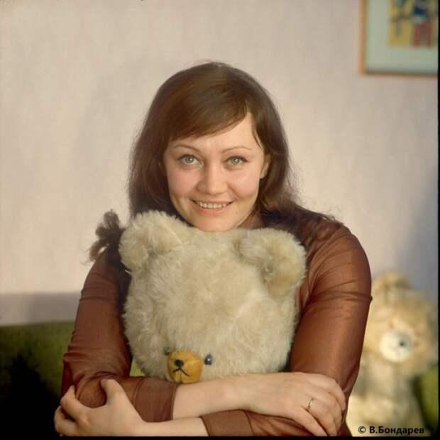Известная советская и российская актриса кино, народная артистка РСФСР.