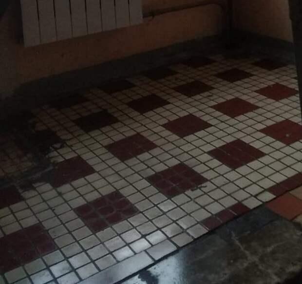Подъезд дома на Полярной очистили от хлама