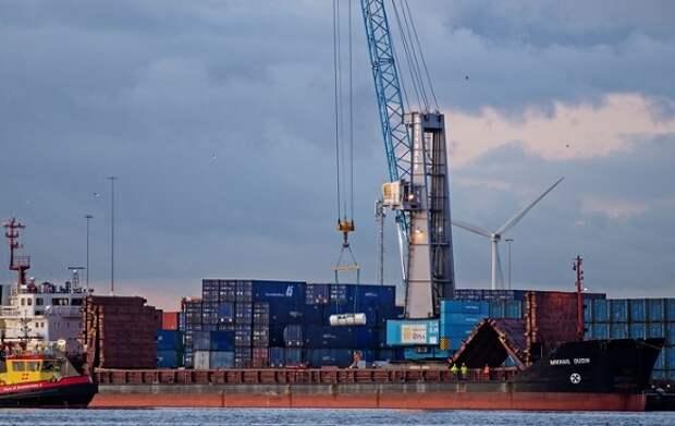 В морском порту Петербурга рабочий сорвался с крана и погиб