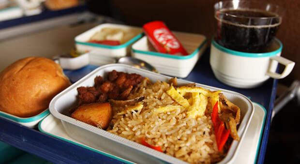 Обеда не будет: авиакомпании перестали кормить пассажиров горячей едой