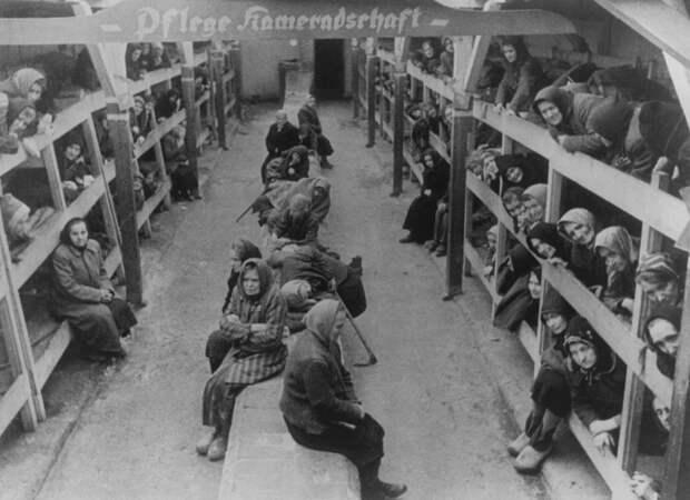 Женщины-заключенные в бараке. Освенцим. Январь 1945.