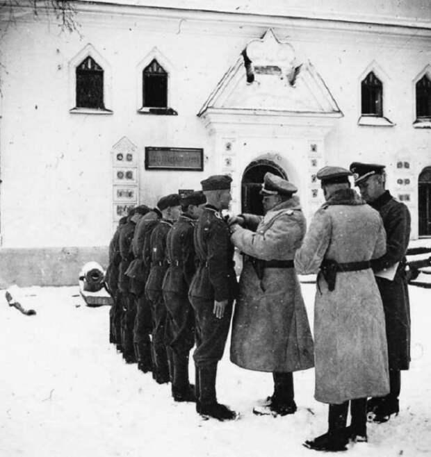 Награждение немецких солдат и офицеров во дворе Новгородского кремля.
