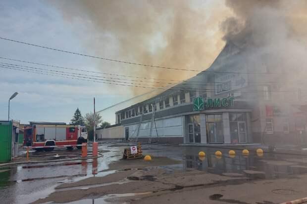 Огонь охватил 2 тысячи квадратных метров площади ТЦ «Триумф» в Пензе