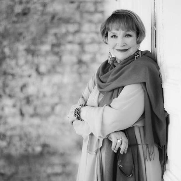 Как выглядела в юности несравненная Людмила Хитяева, и как расцветала ее пышная красота, изображение №18