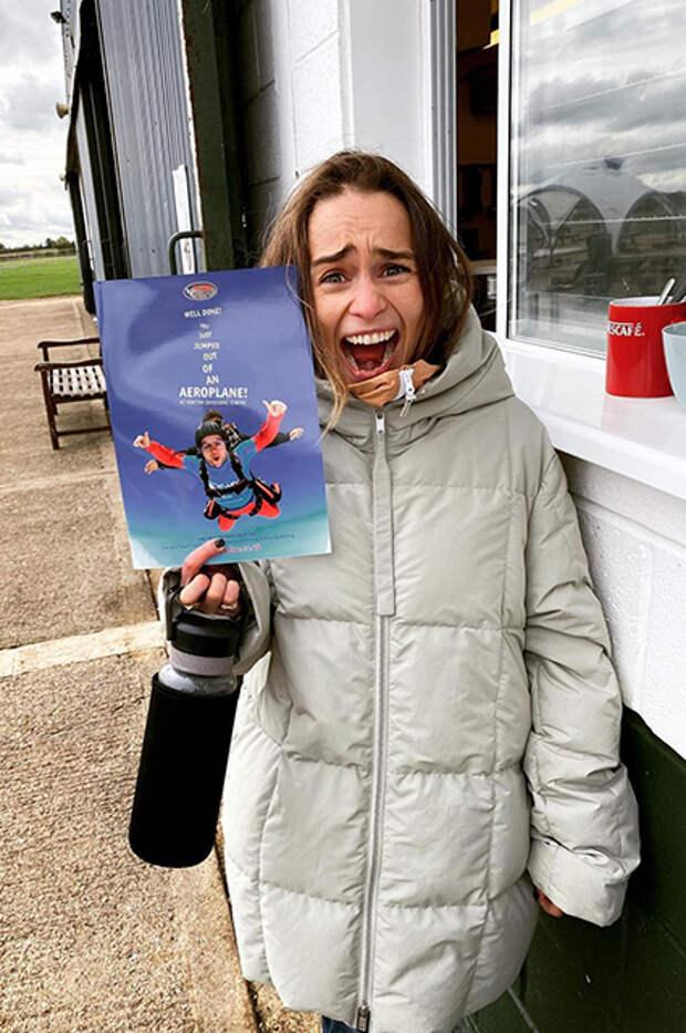 Эмилия Кларк прыгнула с парашютом в свой день рождения