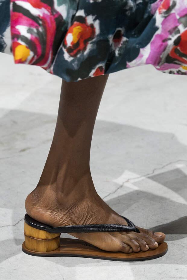 Обувь сезона весна-лето 2020: вьетнамки, вязаные сапоги и «мамины мюли» (фото 4)