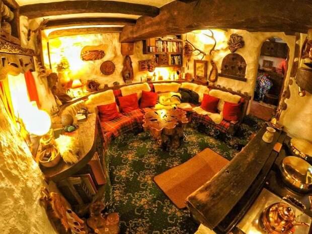 Фанат Толкина своими руками построил дом хоббита и 20 лет живет внем