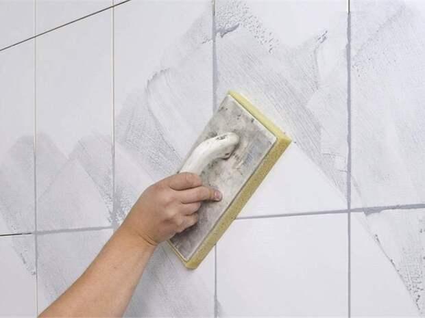 Затираем плиточный шов в ванной