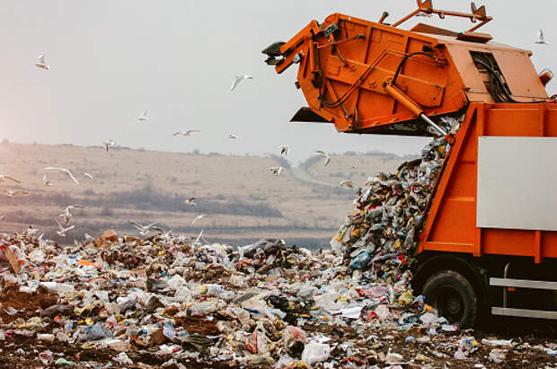 При вывозе мусора во дворе на Дмитровском портится асфальт– очевидцы