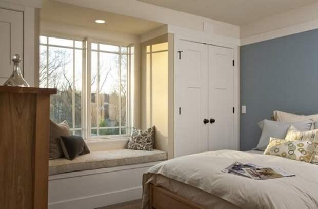 встроенные шкафы по бокам от окна