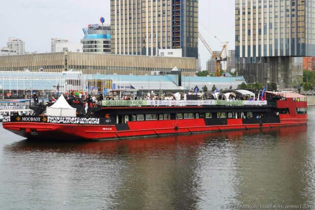 Роботы и гики плывут по Москве-реке