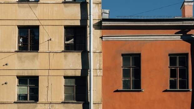 В центре Петербурга из окна четвертого этажа выпал годовалый ребенок