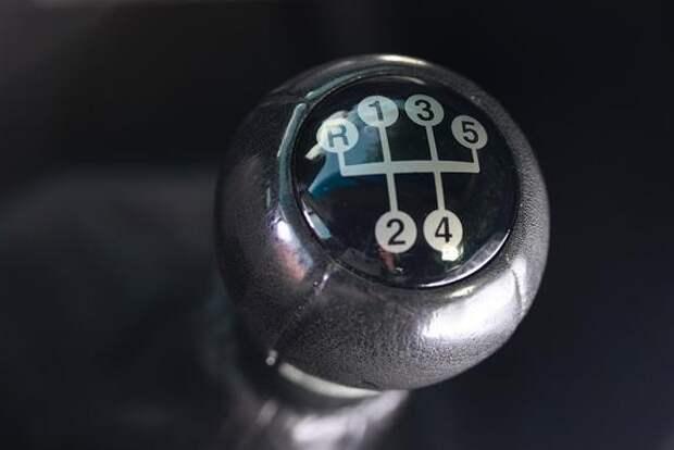Автоэксперты назвали три ошибки водителей, которые могут испортить мотор в летнее время