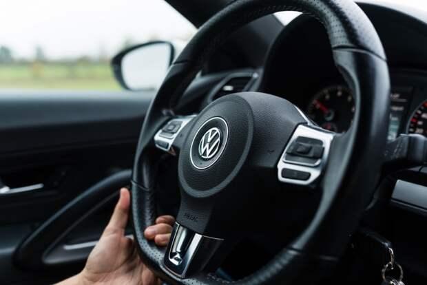 Не такой и крепкий орешек: что манера вождения может рассказать о мужчине?Не такой и крепкий орешек: что манера вождения может рассказать о мужчине?Не такой и крепкий орешек: что манера вождения может рассказать о мужчине?Bamberg, Germany: Circa November 2015 - Steering wheel of a VW Scirocco