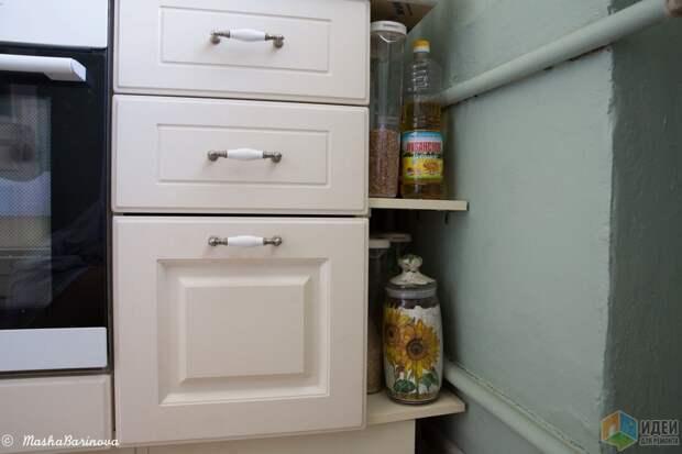 Справа можно оценить состояние стены. На очереди мамин декупаж бутылки для масла. Никакого сверхъестественного жара от батареи нет, много запасов не храним, так что портиться там нечему.