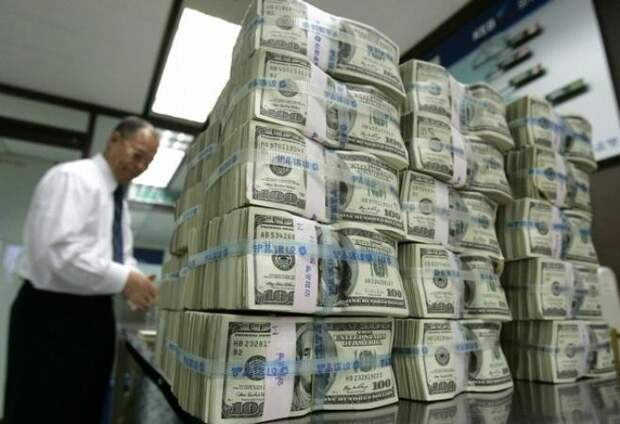 Профессор обвинил доллары США в росте цен на всё в России