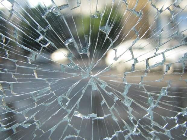 В Москве грабители выбили лобовое стекло внедорожника и отобрали у водителя сумку с деньгами