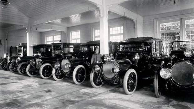 У императора было очень много машин.