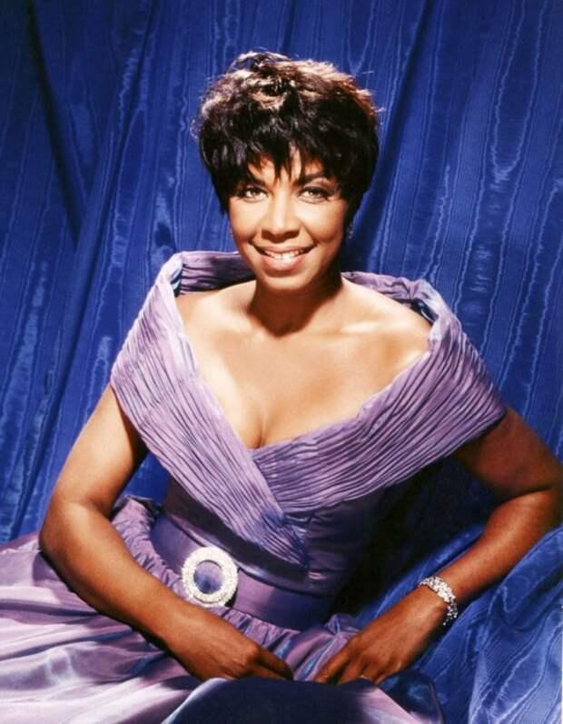 Американская певица, автор песен и актриса.