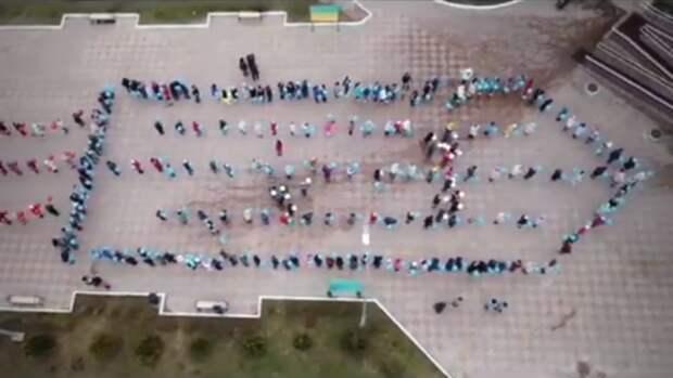Депутат Госдумы ради пиара выстроил крымских детей в форме ракеты