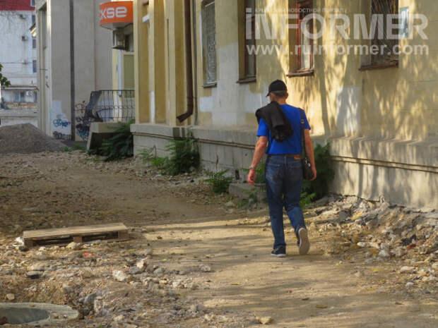 Уродство дорог в центре Севастополя не спасает даже штаб коммунистов, которые «борются с буржуями»