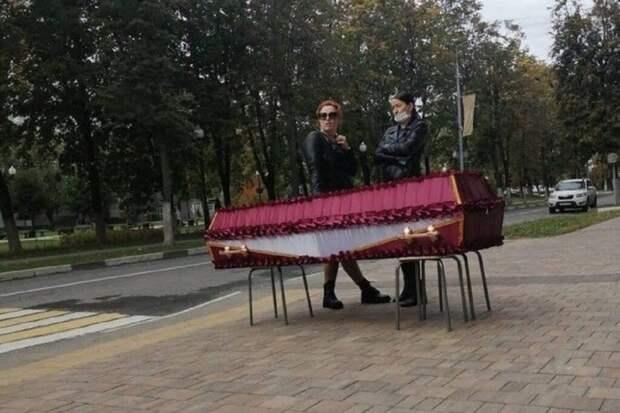 Гроб с телом женщины установили у администрации подмосковного города