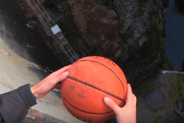 Что будет, если сбросить мяч с огромной высоты