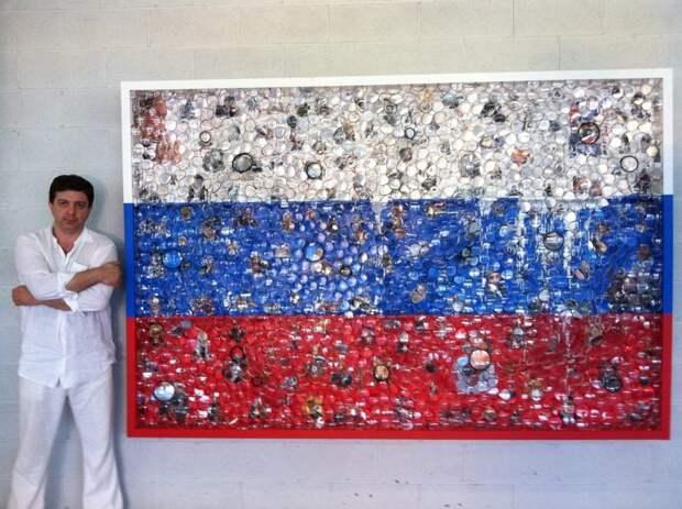 Американский художник Дэвид Датуна на фоне инсталляции с российским флагом