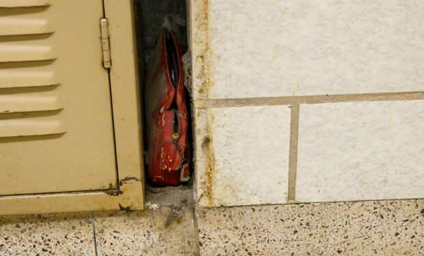 Сумка за шкафчиком в школе лежала 60 лет. Охранник случайно ее нашел и сделал фото забытых вещей