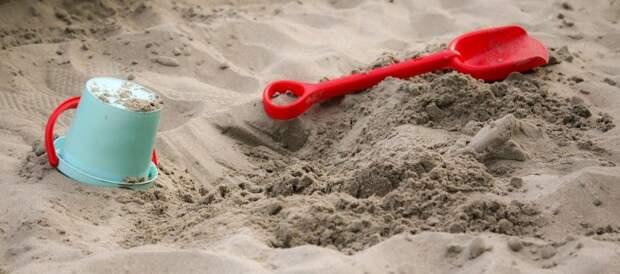 На детскую площадку на Полтавской завезли песок