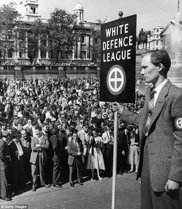 Члены Белой лиги на митинге против черных иммигрантов на Трафальгарской площади, Лондон, 24 марта 1959