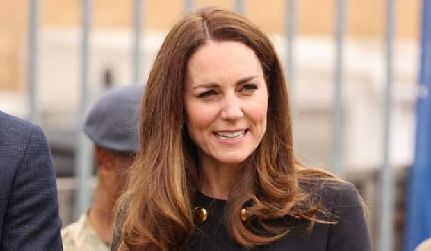 Кейт Миддлтон вышла в свет в серьгах Елизаветы II и пальто за 246 тысяч рублей