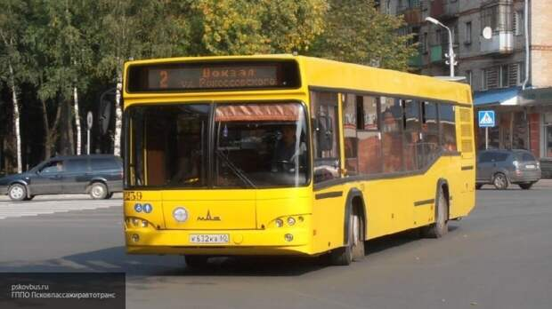 Черный дым окутал автобус на остановке в Красноярске