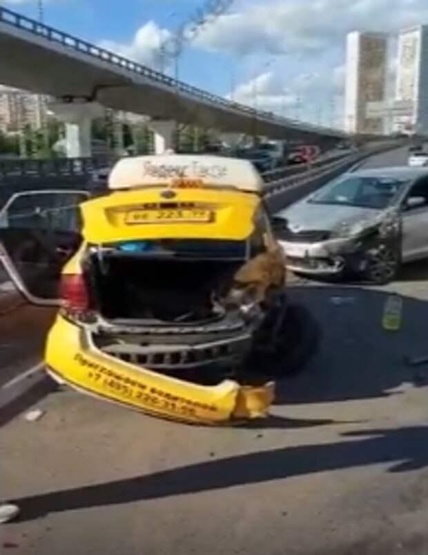 На ТТК произошла авария, пока таксист ходил за бензином
