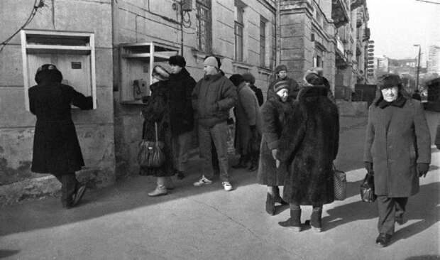 Очередь в телефонную будку. Россия, Владивосток, 1992 год.
