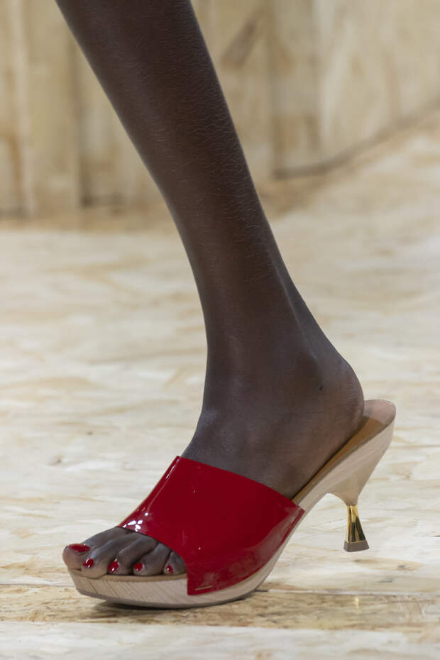 Обувь сезона весна-лето 2020: вьетнамки, вязаные сапоги и «мамины мюли» (фото 21)
