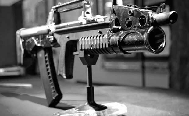 Контроль режима стрельбы АДС оснащен сразу парой спусковых крючков, расположенных в контуре спусковой скобы — для стрельбы из автомата и гранатомета соответственно. Кнопка предохранителя автомата размещена прямо на крючке: чтобы произвести выстрел, боец должен сначала полностью отжать кнопку. Это нестандартное для длинноствольного оружия решение делает случайный выстрел практически невозможным.