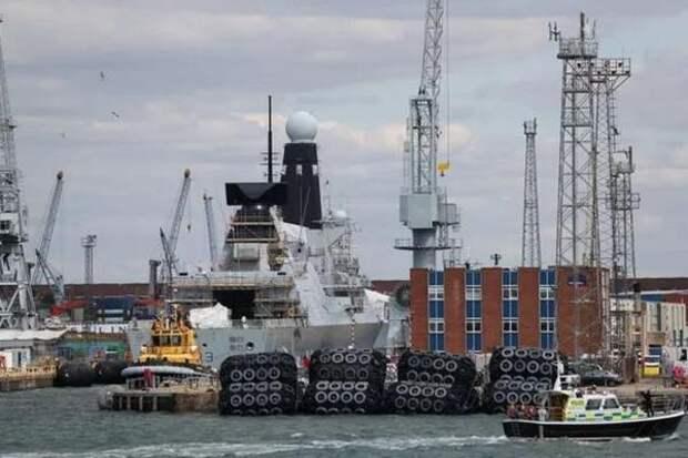 Военный корабль Британии стоимостью €1 млрд не может выйти в море четыре года