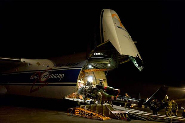 Разгрузка Ан-124 в аэропорту Бамако, Мали