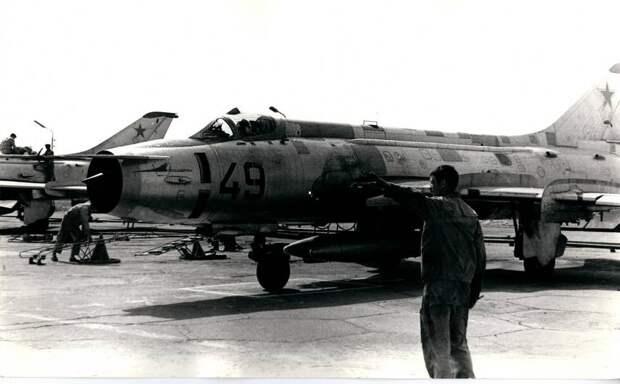 Су-17 борт 49 выруливает на взлет со стоянки эскадрильи – в 34-го инструкторском АПИБ – на аэродроме Насосная (Кировабад) идут плановые полеты