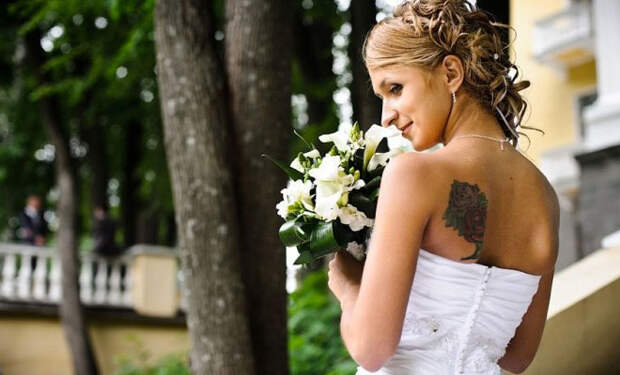 Татуировка невесты сорвала свадьбу. Родственники жениха заметили тату на примерке платья и запретили церемонию